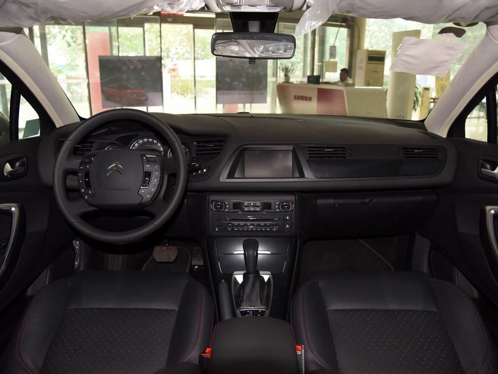 方向盘以及空调控制区域也进行了重新设计,样式与雪铁龙c6保持一致