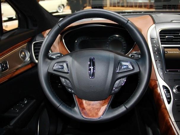 内饰方面,新车采用了现代化的设计和更高质量的材料。其中,集成到空调出风口与显示屏左侧的换挡按钮显然已成林肯经典的家族化设计。也正是因为这种设计风格,使得内饰整体布局看上去更加简洁但又不失丰富的功能性。时尚的仪表盘中央也集成了一个小屏幕,涵盖了一部分用车功能。另外,除了高级皮革装饰,木纹装饰及镀铬装饰外,新车还搭配了升级后的信息娱乐系统,以及新的音频系统。 一级授权销售店(特约经销商)全国销售电话:173 2680 8444 赵总