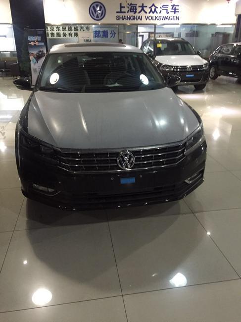 而东亚地区的另一个国家日本的日产公司,也引进了该车型,与他的中国表亲不同的是,日产版桑塔纳的配置更加先进,特别是日产的Xi5 Autobahn型SANTANA,台高配型号配有造型出色的运动型座椅、电动天窗以及14英寸的铝合金轮毂(在当时,14寸的铝合金轮毂已经算是相当高档的配置了!)…在1987年,日产桑塔纳经过了一次小改款。在外观方面,尺寸更大的全包式保险杠以及重新优化过的车灯造型等等让小改款后的日产桑塔纳显得更加简洁。而在具体的机械配置方面,日产桑塔纳也做出了不小的改动。由于日本在当时