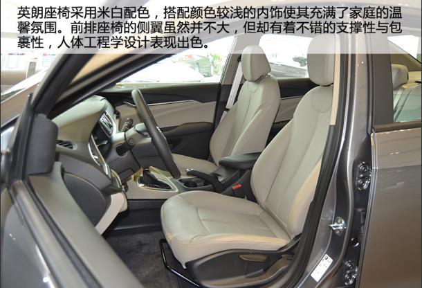 新车标配了三辐式多功能方向盘,外后视镜电动调节/加热和仪表盘行车电