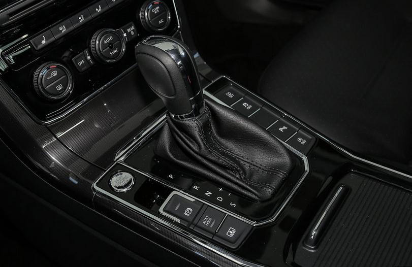 新款帕萨特的整体配置还是比较丰富的,新车标配了LED尾灯、ESP车辆稳定系统、AutoHold、胎压监测、PM2.5空气净化系统、电动调节外后视镜等。倒车雷达、倒车影像和盲点监测功能在中高配车型上标配。另外中配车型还可以选装自动泊车和车道保持功能,这两项科技配置只在高配车型上面才是标配。此外,新车部分车型还将配备DCC动态底盘系统。 24小时购车热线:132-4045-8111杨经理(售全国)