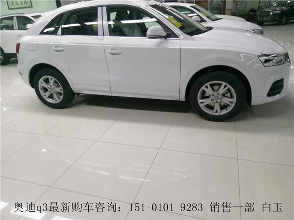 内饰方面,新奥迪Q3三幅多功能真皮方向盘中的双辐设计是奥迪SUV高清图片