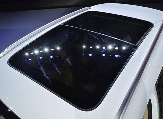 2017款SR9全国最低价格众泰SR9哪里提车便宜内饰方面配有7寸全高清液晶仪表盘、多功能真皮方向盘、真皮座椅、前排座椅电动调节、前排座椅加热、8全保真高音质扬声器、浪漫氛围灯、LED车内阅读灯、车窗防夹手功能、后行李箱12V电源插座、备用电源、四门开启警示灯、衣帽架、吸顶式眼镜盒副驾遮阳板带装饰镜、副驾照明灯等。