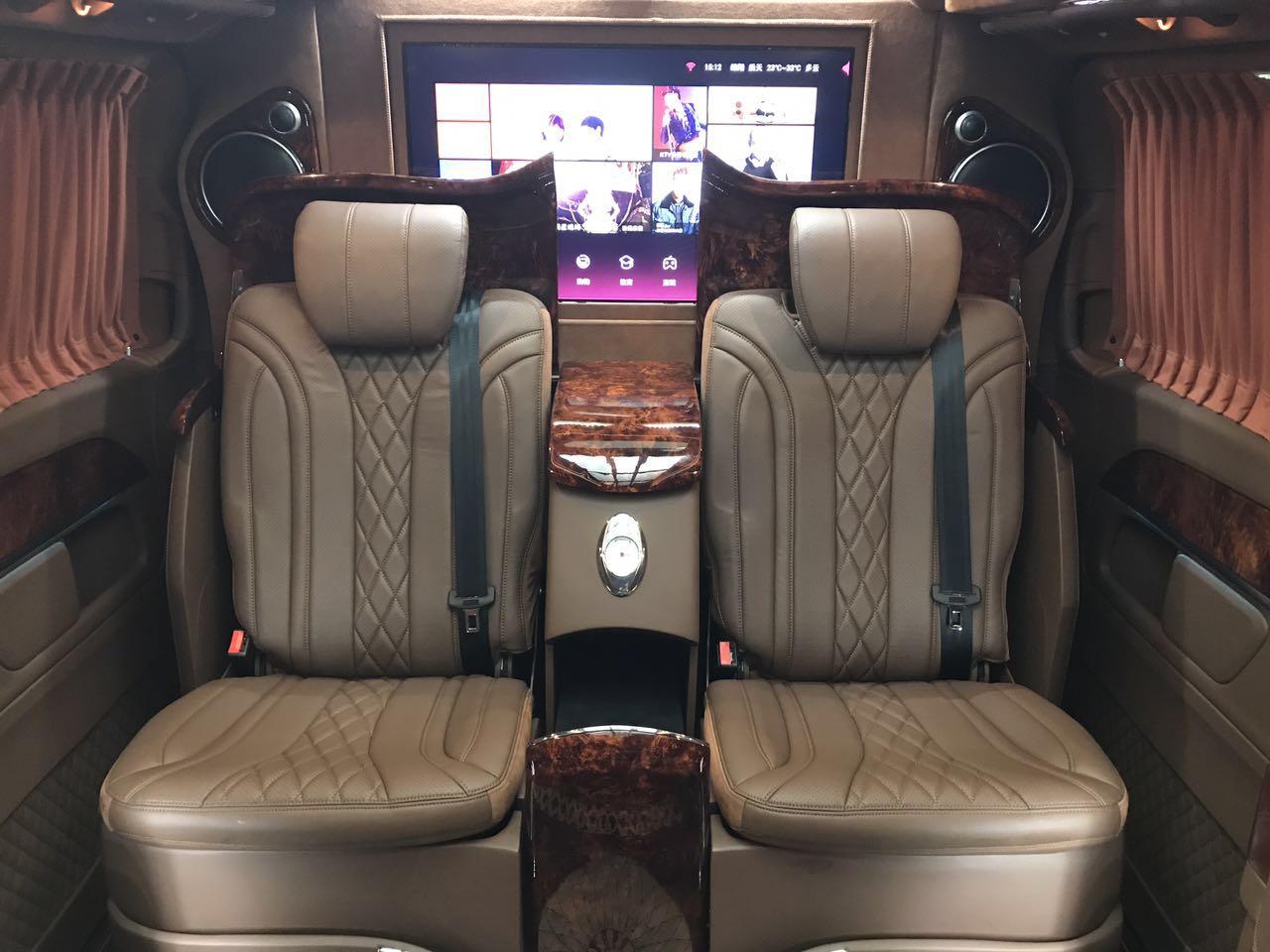 一键式电动可隐藏座椅,图上座椅打开的效果,二排座椅可在吧台与独立座椅间一键切换,充分释放后舱空间,带来客厅级舒适享受 智能语音控制系统:通过语音控制车内各项功能,识别度高,听懂你的需求 全车IOS远程控制系统:搭载T-Acme手机客户端,可在手机端实现对车内功能的便捷操作